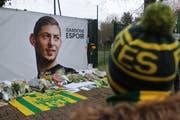 Fans legen in Nantes, wo Fussballer Emiliano Sala vor seinem Wechsel nach Wales spielte, Blumen nieder. (Bild: EPA/EDDY LEMAISTRE)