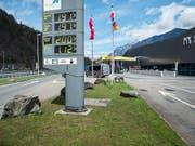 Bei der Gotthard Raststätte an der Autobahn A2 in Uri liefern sich Eishockey-Fans ein gefährliches Scharmützel. (Bild: KEYSTONE/CHRISTIAN BEUTLER)