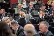 Die Finanzdebatte strengte die SVP-Kantonsräte Marcel Zimmermann (Bildmitte links) und Reto Frank an. (Bild: Nadia Schärli (28. Januar 2019))