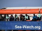 Migranten an Bord des deutschen Rettungsschiffs «Sea-Watch 3». (Archibild) (Bild: KEYSTONE/AP/SALVATORE CAVALLI)