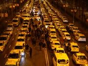 Aus Protest gegen Fahrdienste wie Uber blockierten Taxifahrer in Madrid mit ihren Fahrzeugen zentrale Strassen - nun hat die Polizei die Strassen geräumt. (Bild: KEYSTONE/AP/ANDREA COMAS)