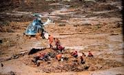 Mithilfe von Helikoptern bergen die Rettungskräfte Opfer aus der Schlammlawine. Bild: Antonio Lacerda/EPA (Brumadinho, 28. Januar 2019)