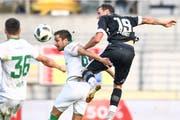 Alain Wiss (Mitte) setzt sich gegen Luganos Alexander Gerndt durch. (Bild: Francesca Agosta/KEY)