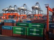 Der Schweizer Frachtkonzern Ceva soll ein eigenständiges Unternehmen bleiben. Schutz vor einer Übernahme bietet der französische Reeder und Hauptaktionär CMA CGM, der ein Pflichtangebot unterbreitet. (Bild: KEYSTONE/EPA/JEROME FAVRE)
