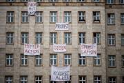 Bewohner eines Wohnblocks in der Karl-Marx-Allee in Berlin äussern ihren Unmut gegenüber der Immobilienfirma «Deutsche Wohnen». (Bild: Clemens Bilan/EPA; 25. November 2018)