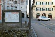 Anzeigen in kommunalen Schaukästen – wie im Bild vor dem Rathaus Rorschach – sind in der digitalisierten Zukunft nicht ausgeschlossen. (Bild: Sandro Büchler)