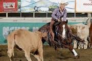 Westernreiterin Yvonne Heinzer im Einsatz: Mit ihrem Pferd trennt sie ein Rind von dessen Herde. (Bild: PD)