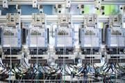 Eichung von Industrie-Stromzählern bei Landis+Gyr, dem Zuger Unternehmen für Energiemanagement und Messtechniken. (Bild: Gaetan Bally/Keystone, 2. Oktober 2017)