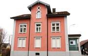 Das ehemalige Bankgebäude an der Henauerstrasse 20 in Niederuzwil. (Bild: Philipp Stutz)