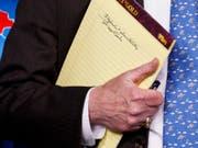 «5000 Soldaten nach Kolumbien»: US-Sicherheitsberater John Bolton sorgt mit einer Notiz bei einer Pressekonferenz in Washington für Spekulationen. (Bild: KEYSTONE/AP/EVAN VUCCI)