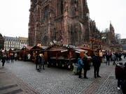 Weihnachtsmarkt in Strassburg. Nun sind weitere Verdächtige festgenommen worden. (Bild: KEYSTONE/EPA/RONALD WITTEK)