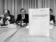 Mitglieder der Parlamentarischen Untersuchungskommission (PUK) zur geheimen Widerstandsorganisation P-26 geben am 24. November 1990 eine Pressekonferenz. Die P-26 beschäftigt die Politik auch heute noch. (Bild: KEYSTONE/STR)