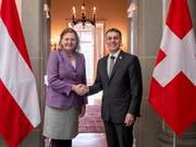 Aussenminister Ignazio Cassis hat am Dienstag die österreichische Aussenministerin Karin Kneissl im Von-Wattenwyl-Haus in Bern empfangen. (Bild: KEYSTONE/ANTHONY ANEX)