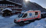 Eine Ambulanz steht beim Hallenbad Minster in Unteriberg bereit. (Bild: Geri Holdener/ Bote der Urschweiz)