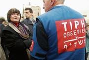 Bundesrätin Micheline Calmy-Rey war 2005 zu Besuch bei der Beobachtermission in Hebron. (Bild: Monika Flückiger/Keystone (4. Februar 2005))