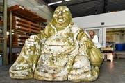 Marianne Weiss freut sich riesig: Der im Winterthurer Lindengutpark ausgesetzte Buddha steht nun im Schrofen in der Halle der Firma Nicrom, wo er zuerst austrocknet und dann restauriert wird. (Bild: Manuel Nagel)