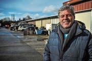 Mitten in der Geschäftsaufgabe: Gemeindepräsident Fritz Locher auf dem Areal seines Fahrzeug- und Ersatzteilhandels. (Bild: Olaf Kühne)