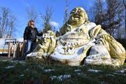 Vor dem Abtransport schaut sich Marianne Weiss in der Winterthurer Stadtgärtnerei ihren Buddha nochmals an. Gleich wird er in seine fünf Einzelteile zerlegt. (Bild: Manuel Nagel)
