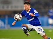 Schalkes Alessandro Schöpf muss sich gedulden, bis er wieder dem Ball nachjagen kann (Bild: KEYSTONE/AP/MARTIN MEISSNER)