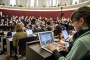 Die grosse Mehrheit der Kantonsräte und Kantonsrätinnen arbeitet bereits an ihren Laptops. (Bild: Nadia Schärli (Luzern, 28. Januar 2019))