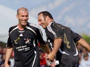 Ramon Vega (rechts), hier vor Jahren an einem Benefizspiel neben Zinedine Zidane, will nach seiner Aktivkarriere auch als Funktionär für Furore sorgen (Bild: KEYSTONE/OLIVIER MAIRE)