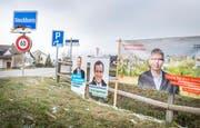 Ein bunter Strauss: Wahlkampfplakate am Strassenrand beim Ortseingang. (Bild: Andrea Stalder)