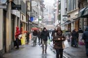 Passanten in der Hertensteinstrasse: Der Luzerner Kantonsrat ist für längere Ladenöffnungszeiten. (Bild: Manuela Jans-Koch (Luzern, 10. Januar 2019))