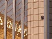 Aus diesem Hotelzimmer im Hotel «Mandalay Bay» in Las Vegas eröffnete der Täter am 1. Oktober 2017 das Feuer auf Gäste eines Freiluftkonzerts. 58 Menschen starben, weitere 869 wurden verletzt. (Bild: KEYSTONE/EPA/PAUL BUCK)