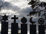 Symbole der fünf Weltreligionen auf verlorenem Posten? In der Schweiz lebt mittlerweile jeder Vierte ohne Religion. (Bild: Keystone/URS FLUEELER)
