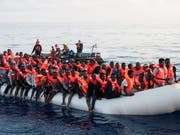 Sie haben die Überfahrt überlebt: Im Mittelmeer gerettete Migranten. (Bild: KEYSTONE/EPA MISSION LIFELINE/HERMINE POSCHMANN / HANDOUT)