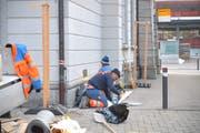 Bauarbeiter bereiten den Einbau der Anlage vor. (Bild: Mario Testa)