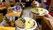 Hoch sind die Diebstahlraten auch in Restaurants und Hotels. Je 13% der Befragten haben in Restaurants und Hotels nicht bezahlt oder Gegenstände entwendet. (Bild: Keystone/Sander Koning)