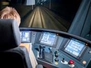 Mitarbeitende im Bahnverkehr werden bald von künstlicher Intelligenz unterstützt: Die Schweizer Bahnbranche beginnt mit der Umsetzung des Verkehrsmanagement-Systems «smartrail 4.0», das beispielsweise bei Störungen innert Kürze mehrere Lösungsvarianten berechnet. (Bild: KEYSTONE/CHRISTIAN MERZ)