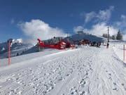 Ein Skifahrer hat im Gebiet Hoch-Ybrig abseits der Piste eine Lawine ausgelöst. Suchmannschaften und Helikopterbesatzungen suchten nach möglicherweise Verschütten. (Bild: Kantonspolizei Schwyz)