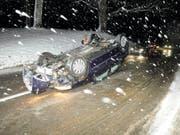 Ohne Verletzungen konnte am Montagabend ein 22-jähriger Autofahrer in Seewen SO nach einem Unfall sein Fahrzeug verlassen. Der Fahrer war mit Sommerpneus unterwegs. (Bild: KEYSTONE/POLIZEI SO)