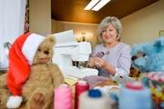 Monika Schleich näht seit 17 Jahren eigene Teddybären. (Bild: Donato Caspari)