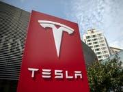 Der US-Elektroautobauer Tesla konnte seit der Gründung 2003 bislang nur viermal ein Vierteljahr mit einem Überschuss abschliessen. (Bild: KEYSTONE/EPA/ROMAN PILIPEY)