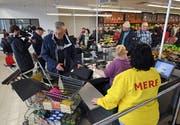 Am Dienstag kauften die ersten Kunden im russischen Discounter Torgservis in Leipzig ein. (Bild: Hendrik Schmidt/Keystone)