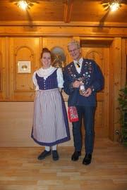 Neumitglied Pia Herger und der Gemeindepräsident Urs Kälin an der GV der Trachtengruppe Altdorf. (Bild: PD)