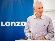 Lonza-Konzernchef Richard Ridinger tritt nach sieben Jahren an der Spitze zurück und übergibt sein Amt an Marc Funk. (Bild: KEYSTONE/VALENTIN FLAURAUD)