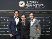 Regisseur Michael Steiner, Hauptdarsteller Joel Basman und Drehbuchautor Thomas Meyer (v.l.n.r.) dürfen sich weiterhin nichts als freuen: Rund drei Monate nach der Premiere am 14. Zurich Film Festival ist ihr Film «Wolkenbruch» fünf Mal für den Schweizer Filmpreis nominiert. (Bild: Keystone/ENNIO LEANZA)