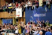 Beste Stimmung dank über 1000 Zuschauern: Die Laola-Welle macht im Tellenfeld gleich mehrmals die Runde. (Bild: Mario Gaccioli)