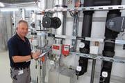 Martin Nietlisbach in der Technikzentrale für Heizung und Kühlung im Spital Muri. (Bild: Eddy Schambron)