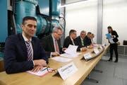 Zufriedene Gesichter: Die Funktionäre der Firmen SAK, EKT und SN Energie unterzeichnen gutgelaunt die Verträge. (Bild: Martin Rechsteiner)