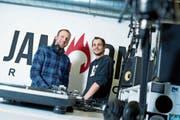 Geschäftsführer Raphael Häfliger (links) und Eventbetreuer Dominik Reindl im Studio des Senders. (Bild: Maria Schmid (Zug, 18. Januar 2019))