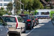 Stau vor dem geschlossenen Bahnübergang. Künftig sollen hier nur noch Velos und Fussgänger die Bahnlinie queren. (Bild Roger Grütter)
