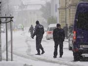 Ein Teil der Bözingenstrasse in Biel war am Mittwoch gesperrt, nachdem sich eine bewaffnete Person in einem Gebäudede verschanzt hatte. Der mehrstündige Spuk lief letztlich glimpflich ab. Die Polizei konnte zwei Männer in Gewahrsam nehmen. (Bild: KEYSTONE/ADRIAN REUSSER)