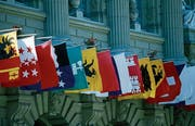 Kantonsfahnen am Bundeshaus in Bern. (Bild: Urs Flüeler/Keystone)