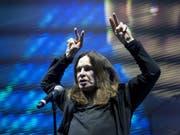 Ozzy Osbourne ist nach eigenen Angaben am Boden zerstört: Wegen einer Erkrankung muss der Rocker seine Europa-Tournee, und somit auch das Konzert in Zürich, absagen. (Bild: Keystone/EPA MTI/BALAZS MOHAI)
