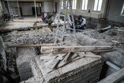 Unter der Theaterbühne im Wängemer Vereinshaus kamen dicke Fundamente aus Beton zum Vorschein. (Bild: Maya Heizmann)